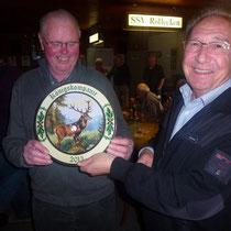Der langjährige Organisationsleiter Manfred Rinscheid gratuliert Herm.-Josef Gabriel und überreicht die Scheibe an den Sieger