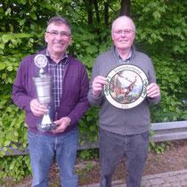 Die beiden Sieger 2013. Gerhard Bertels mit Wanderpokal erzielte 86 Ringe und Herm.-Josef Gabriel mit Scheibe.