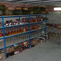 étageres de conserves au sous-sol - table d'hotes aux Gites des Camparros à Nailloux