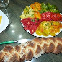 salade de tomates multicolores et pain tressé - table d'hotes aux Gites des Camparros à Nailloux