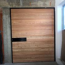 Fabrication d'une porte d'entrée en carré de bois et ossature métal à nïmes