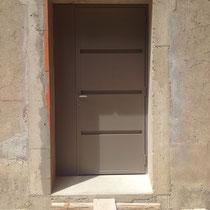 Pose d'une porte d'entrée en fer à nimes