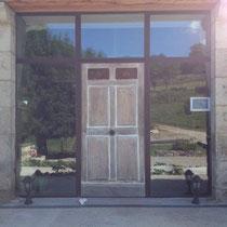 Pose d'un mur de verre et porte en bois dans le gard