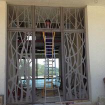 Fabrication d'un mur d'entrée en metal découpé au laser et verre  dans le gard