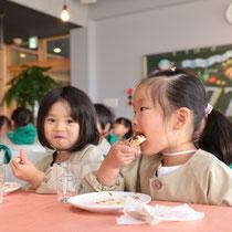 地元幼稚園児もおいしそうに食べていました