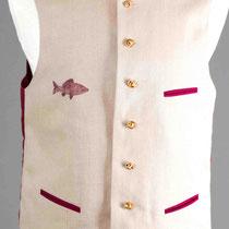 Beige Leinenweste mit weinrotem Rückenteil und Trachtenknöpfen. Fischmotiv handgedruckt.
