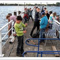 AG Diesterwegschule, angeln vom Steg...