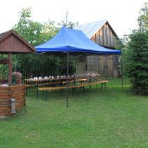 Frühstück, Mittagessen und Abendessen durften wir bei herrlichem Wetter hier im Garten genießen