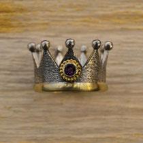 Kronenring mit Goldring und Amethyst in goldener Kugelkranzfassung, Silber geschwärzt