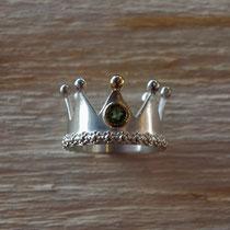 Kronenring mit Blümchenranke, goldener Kugel und grünem Turmalin in goldener Fassung