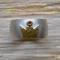 Silberring mit 750/-er Krone und cognagfarbenen Brillant.