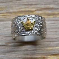 """""""Dornröschenring"""", hier in hell mit goldener Krone."""