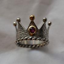 Kronenring mit Kordeldraht, goldener Kugel und Rubin in goldener Fassung. Silber geschwärzt