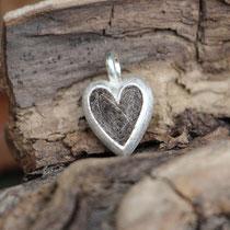 kleines Herz, 925/er Silber, mit eingefilzter Unterwolle,  LxB = ca. 21x13mm, €100,-
