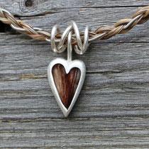 großes Herz, 925/er Silber, mit eingelegtem Haar mit Gießharz verschlossen,  (ACHTUNG: Weiße Haare werden im Harz oft durchsichtig!!) LxB = ca. 27x16mm, €115,-