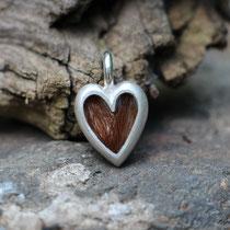 kleines Herz, 925/er Silber,mit eingelegtem Haar mit Gießharz verschlossen,  (ACHTUNG: Weiße Haare werden im Harz oft durchsichtig!!)  LxB = ca. 21x13mm, €100,-