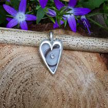 großes Herz, 925/er Silber, mit eingelegter Haarsträhne und Zirkonia mit Gießharz verschlossen, LxB = ca. 27x16mm, €120,-