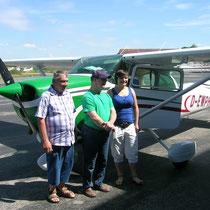 Gäste von Karl Heinz vor seiner Cessna. Foto: Maerske