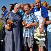 Schwester Johanna (li.) eine gute Seele der Franziskuswerk Flugtage. Foto: FElster
