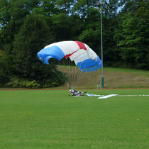 Gekonnt abgerollt nach dem Touchdown am Zielkreuz. Foto: R.Klingl