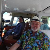 Schwester Johanne und F.Elster in und an der Cessna 172. Foto: Marske