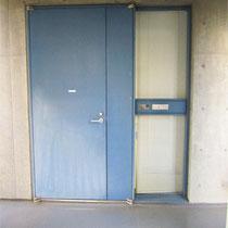 エレベーターを2Fで下りるとすぐにブルーのドアがあります。