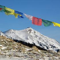Niesen mit tibetischen Gebetsfahnen