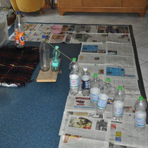 Klapperflaschen, Spielkörbchen, Baby-Wippe ... unser Wohnzimmer sieht aus wie ein Kinderspielplatz - ist es ja auch ;-).
