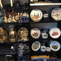 Porzellanteller mit Lübeck-Motiv und maritime Schiffsglocken.