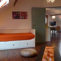 Wohn- / Schlafzimmer mit Auszugsbett und Blick in den Salon