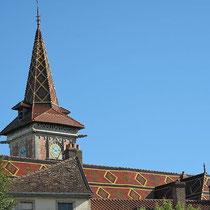 Keramikziegel auf dem Dach der Kirche von Louhans