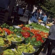 Frischwarenmarkt - eine jede grössere Gemeinde hat ihren Wochenmarkt