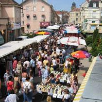 Markt in den Altstadtgassen der Dörfer und Städte
