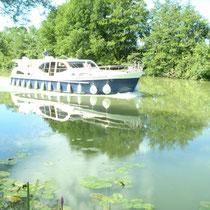 Auf der Seille verkehren im Sommer viele Hausboote