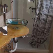 Das Badezimmer mit grosser Dusche und Glas-Lavabo