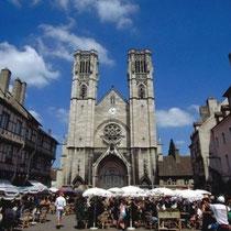 Kirche und Marktplatz Saint-Vincent