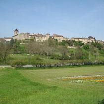 Pérouges liegt auf einem Hügel