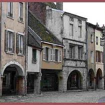 157 Arkaden - eine Altstadt mit vielen Häusern aus dem 15. Jahrhundert