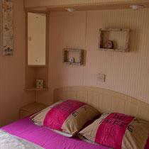 Ein Schlafzimmer mit Doppelbett (140x190cm)