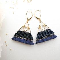 Boucles d'oreilles de perles bleues irisées avec frange. Taille Large. 49 euros