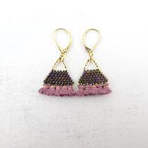 Boucles d'oreilles de perles violettes irisées avec frange. 29 euros