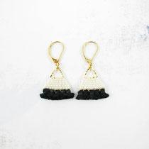 Boucles d'oreilles de perles blanches cassé avec frange noir.  29 euros
