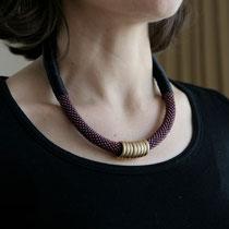 """Collier de perles, """"Scarlet"""", satin de soie 100 %, anneaux plaqués or. 49 euros"""