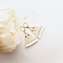 Boucles d'oreilles de perles blanches cassées avec frange. Taille Large. 49 euros