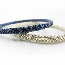 Bracelet de perles argentées et bleues irisées. 62 euros (argenté) / 60 euros (bleu)