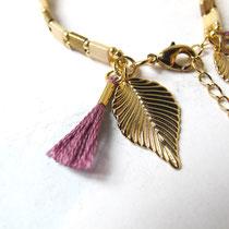 Idana, beads bracelet, beige clair et bronze foncé, breloque feuille plaqué or 16K, gland coton 100 %. 19,95 euros