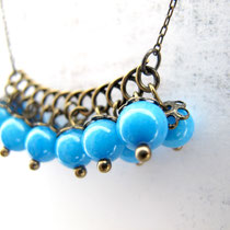 "Collier de perles en jade teintée bleue. Collection ""Sophie"". 14 euros"