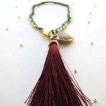 """Bracelet """"Asha"""", vert sapin et doré, gland rouge bordeaux. 26 euros"""