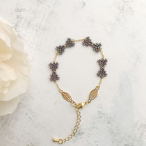 """Bracelet """"Bow"""", perles de verres, composants de bijoux plaqués or 16 K. Couleur """"Purple lined Green Iris"""" 42 euros"""
