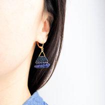 Boucles d'oreilles de perles bleues irisées avec frange. 29 euros